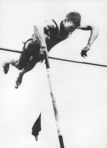 L'Américain Brian Sternberg, un des premiers utilisateurs de perches en fibre de verre, devient en 1963 le premier homme à franchir la barre des 5 mètres