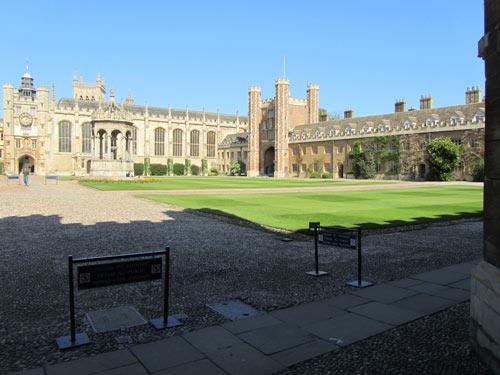 La fameuse cour du trinity college, recouverte de pavés