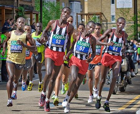 Bien emmené par une multitude de lièvres, Samuel Wanjiru remporte le marathon de Londres 2009