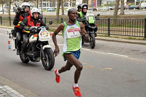 Samuel Wanjiru en 2007 à La Haye (Pays-Bas) pour établir un nouveau record du monde du semi-marathon