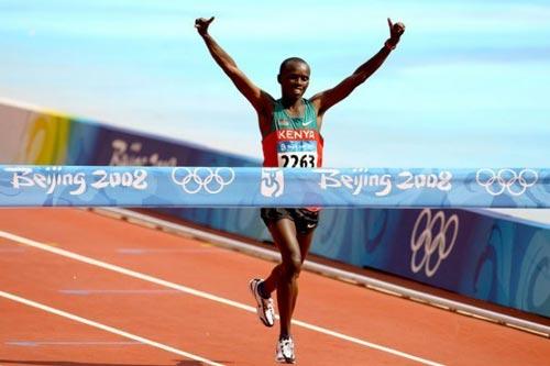 Samuel Wanjiru franchit en tête la ligne d'arrivée du marathon olympique de Pékin 2008