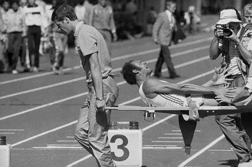 Juantorena hurle de douleur et quitte les mondiaux 1983 sur civière