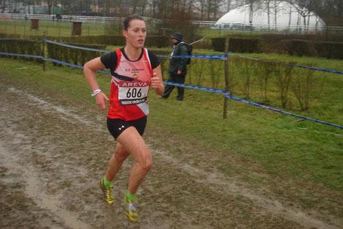 Clémence Tavernier sur la courte distance des Championnats de France de cross-country, le 4 mars 2012 à la Roche-sur-Yon. Elle s'y adjugera une très belle 13ème place au scratch, soit la 10ème chez les Françaises et la seconde en espoir. Cliché de l'Union Sportive Oyonnax.
