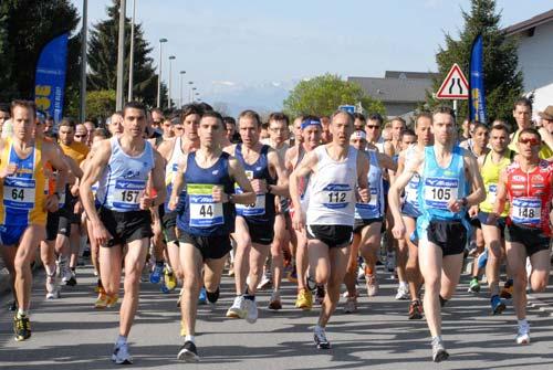 10km de Grignon, 3 avril 2011 : Hakim Merzougui (Athlétique Sport Aixois, dossard 157) portera le record de l'épreuve en 30'53
