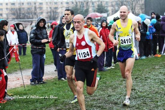Guy Rouania (avec le dossard commencant par 23) se classe 12ème des championnats régionaux de cross-country Rhône-Alpes en janvier 2013 / Photo de Bernard Suzat