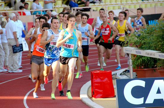 Guillaume Adam mène le peloton du 1000m du meeting Herculis de Monaco en 2012. Il remportera la course en 2'23''91.